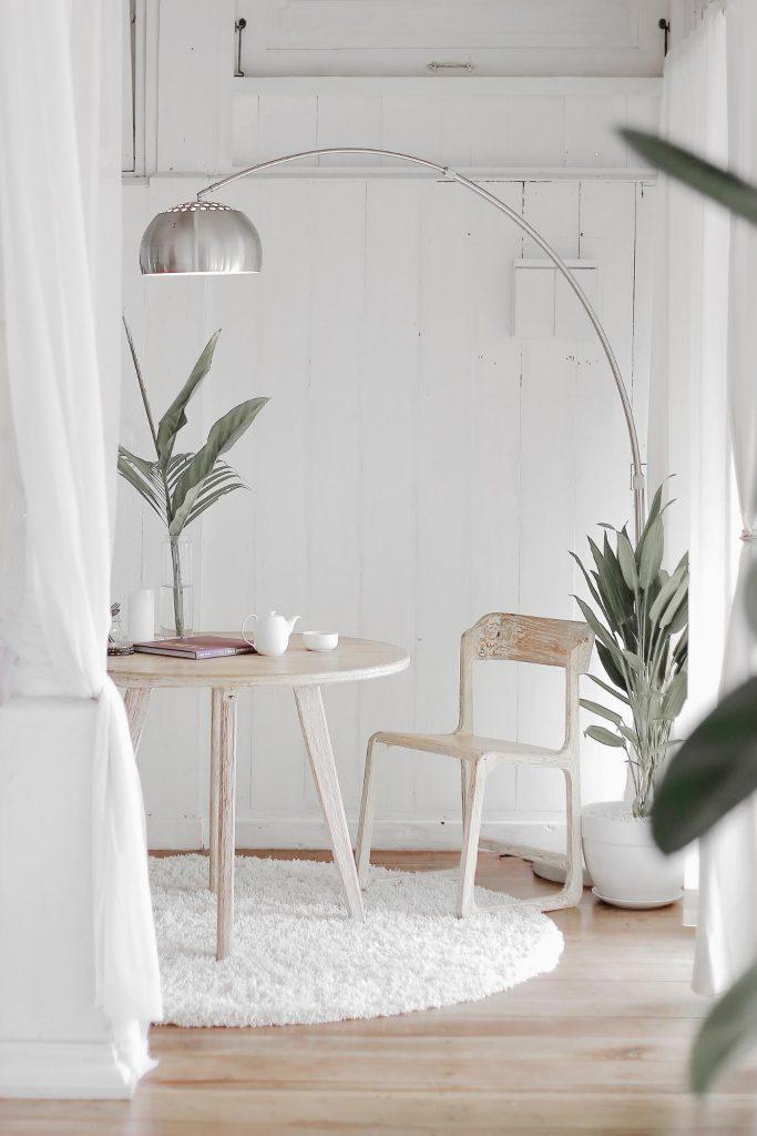 Ruang makan sekaligus ruang kerja di dalam rumah